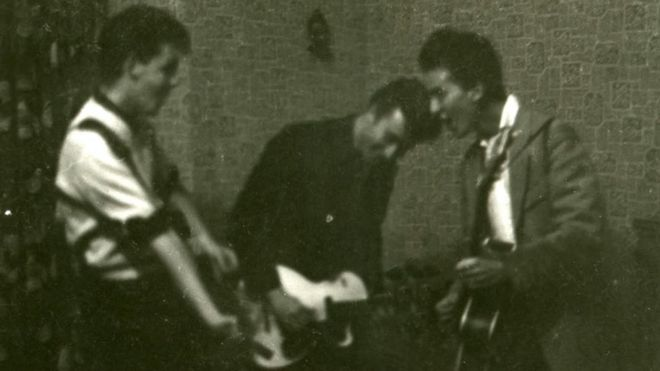 https://ichef.bbci.co.uk/news/660/cpsprodpb/2348/production/_111723090_quarrymen.jpg