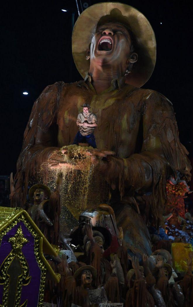 """Карнавальный поплавок """"Портелы"""", решающий проблему бедствия на шахте"""