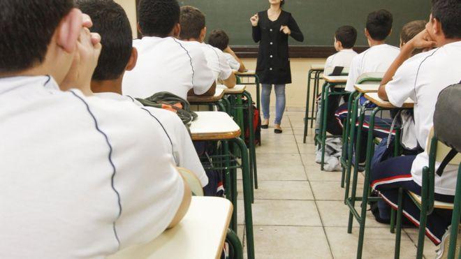 Professora em sala de aula em Curitiba, em foto de arquivo