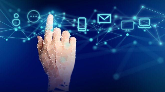 Un dedo sobre los iconos de varias aplicaciones.