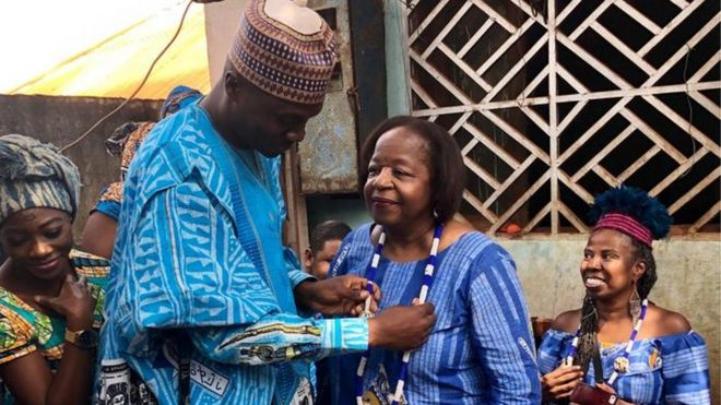 Jessica Little et Clevlyn Anderson rencontrent leur famille Bamoun à Foumban au Cameroun pour la première fois.