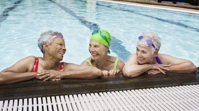 Senhoras na piscina