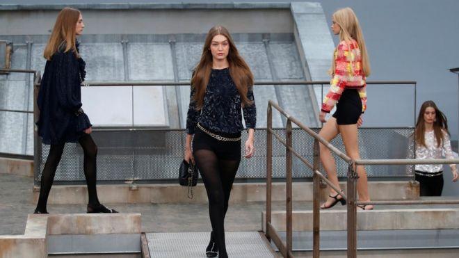 Джиджи Хадид прогнала с подиума пранкершу на показе Chanel в Париже