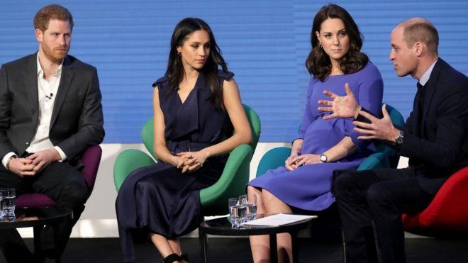 Герцог Кембриджский выступает на сцене на форуме Королевского фонда