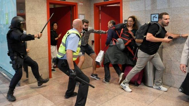 Policías persiguen a manifestantes