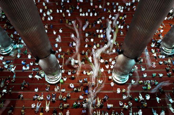Người Hồi giáo Indonesia sau lễ cầu nguyện hôm thứ Sáu, tháng Ramadan, tại đền Istiqlal ở Jakarta.