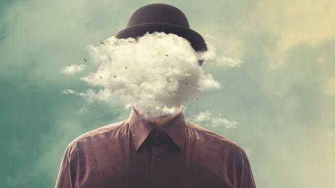 Fotomontagem surreal: homem de chapéu com nuvem sobre a cabeça