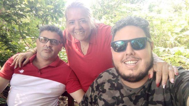 Renan sorri com os pais, Valmírio Cardoso e Maria de Jesus
