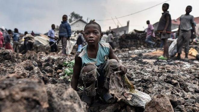 Niño sentado sobre un basural en Goma, RD Congo