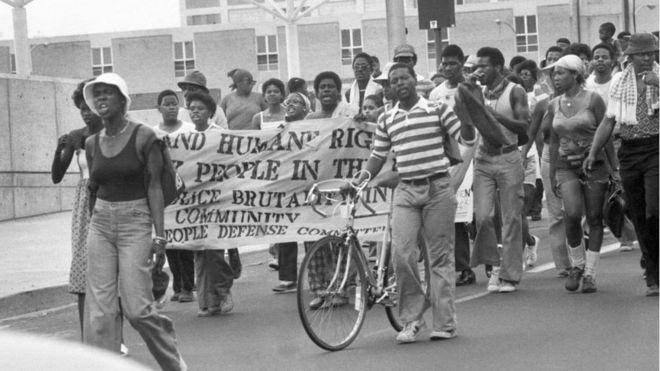 Marcha en Filadelfia en protesta por el ataque contra el grupo MOVE