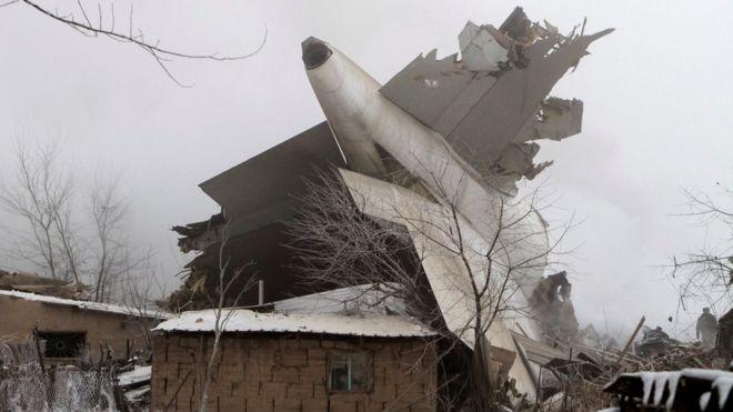 Fragmentos del avión en Manas