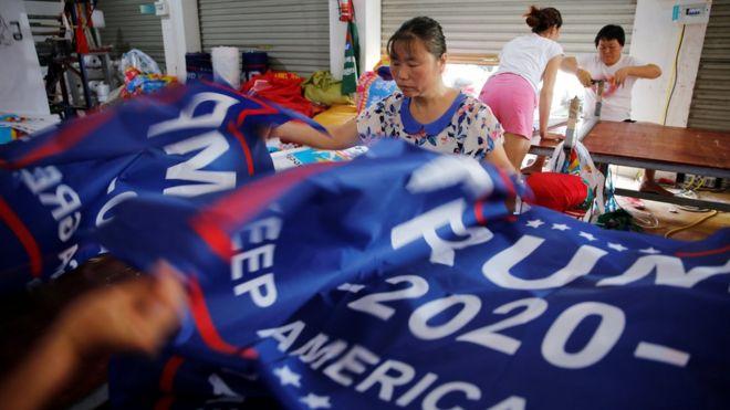 特朗普早前下令向中國進口的貨物徵收關稅,他為競選連任的海報卻被揭發在中國製造,引來批評。