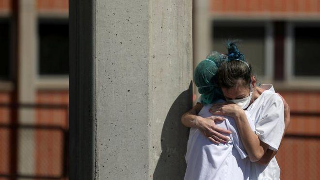 西班牙发生冠状病毒病期间,医务工作者在Severo Ochoa医院急诊室外互相拥抱