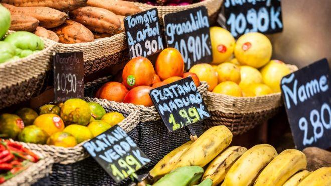 Frutas en un mercado con sus precios
