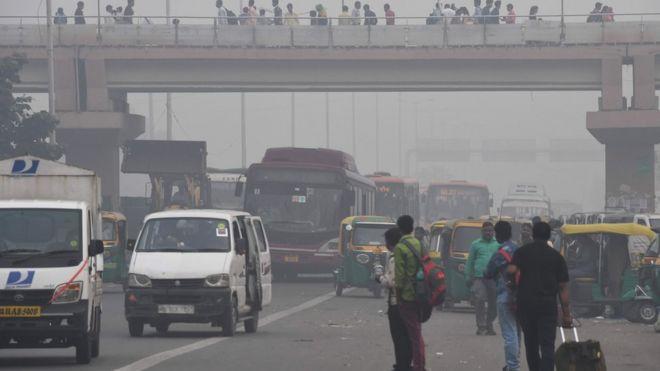 transporte público gente en camino a los trabajos