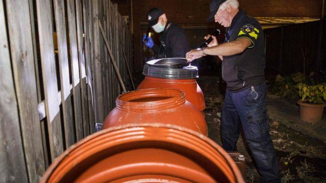 Полицейские проводят обыск