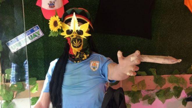 Boneco com símbolos da maconha no Uruguai