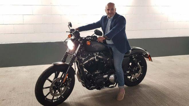 La esposa le regaló a Paresh Davdra una Harley Davidson.