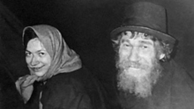 Karp (esq.) com sua filha Agafia dias após o primeiro encontro