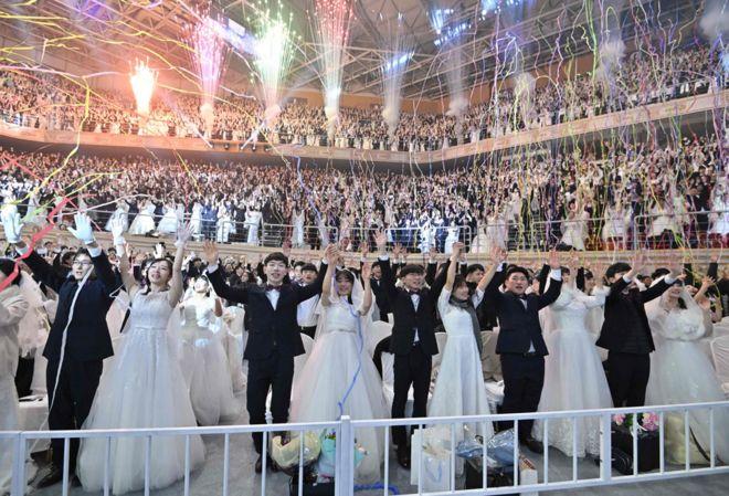 الأزواج يحتفلون في حفل زفاف جماعي نظمته كنيسة التوحيد في غابيونغ