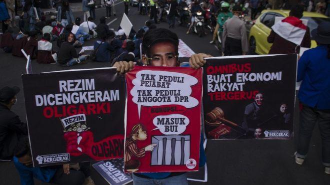 Massa yang tergabung dalam Poros Revolusi Mahasiswa Bandung berunjuk rasa di depan Gedung Merdeka Bandung, Jawa Barat, Kamis (09/07).