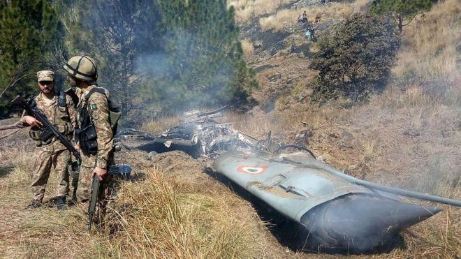 Soldados paquistaníes a orillas de uno de los aviones derribados