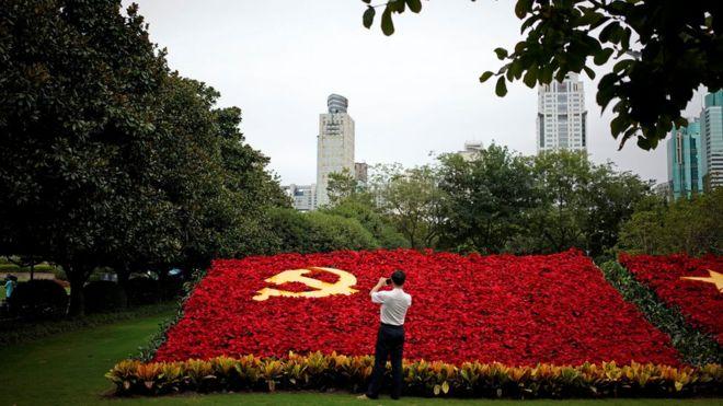 以鮮花拼成的中共旗幟