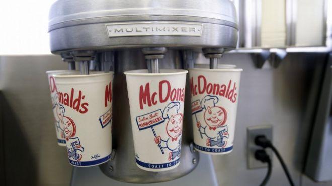 Uma réplica do liquidificador de milk-shake do primeiro restaurante McDonald's, agora no museu da empresa