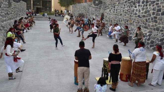 رقصات وممارسة للعبة كرة أولاما