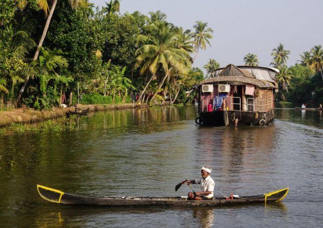 أنواع مختلفة من القوارب في نهر