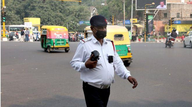 agente de tránsito en Nueva Delhi