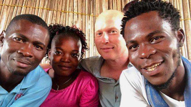 اینجا هونیود (چپ) در کنار دوست آریشگرش پاولین و ریکو ساکینن هنرمند فنلاندی و نوازنده محلی گوستاو