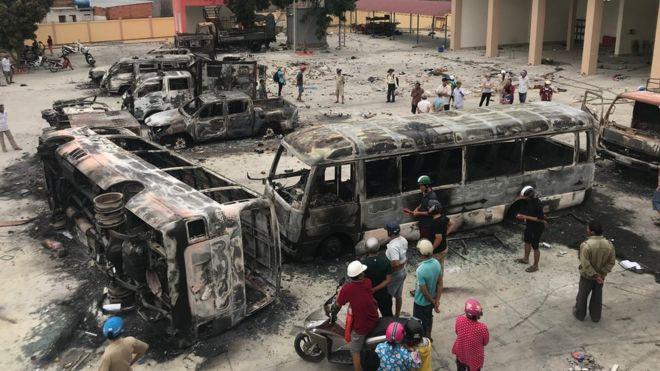 在平順省的示威中,有多架車輛被焚毀