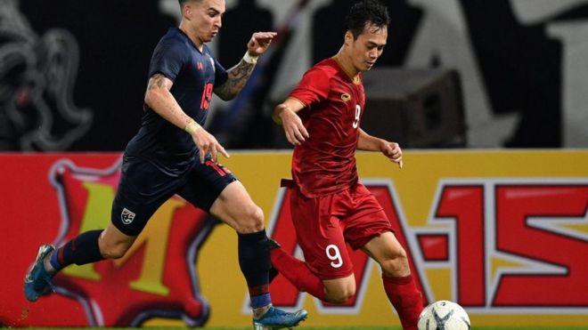 Tristan Do (trái) tranh bóng với Nguyễn Văn Toàn