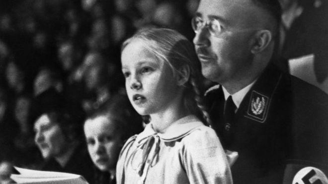 Gudrun Burwitz fotografiada con su papá, Heinrich Himmler, en 1938.