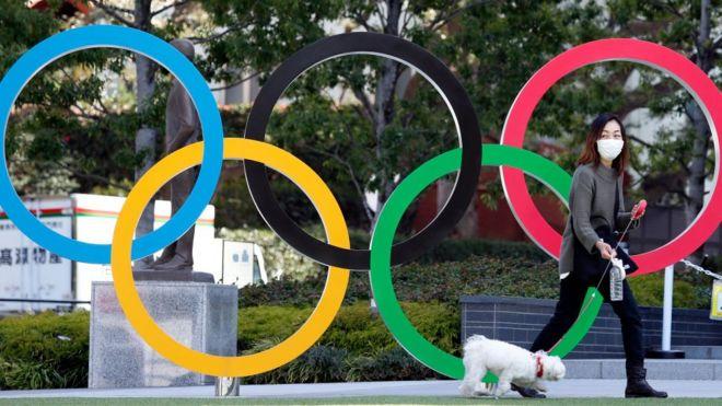 Una japonesa frente a los aros olímpicos