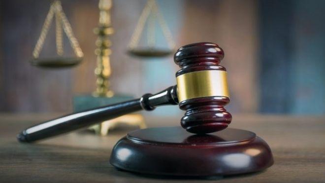 正義のスケールを持つ法廷小gave