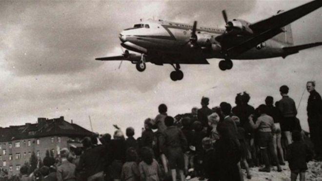 Avião faz sobrevoo