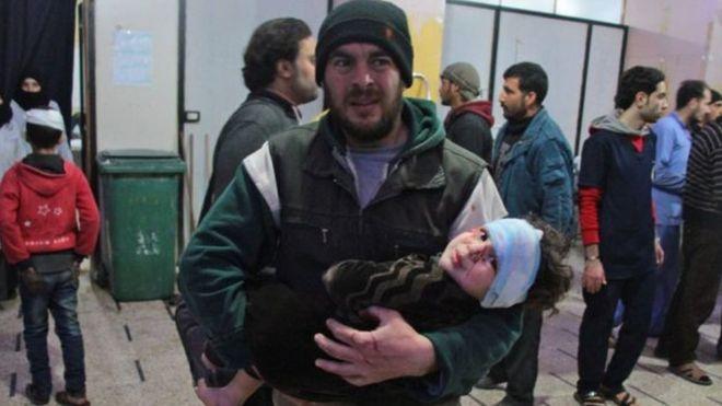 home carregando criança ferida