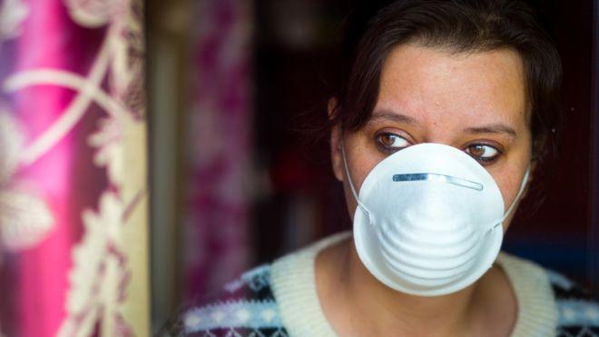 maskeli bir kadın