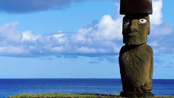 Estatua y mar de Isla de Pascua