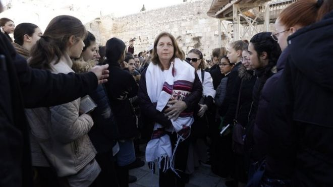 Western Wall: Jewish women clash over prayer rights - BBC News
