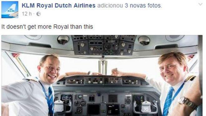 Perfil da KLM no Facebook mostrou fotos do monarca no cockpit