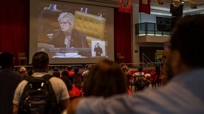 Pessoas assistem a sessão do STF