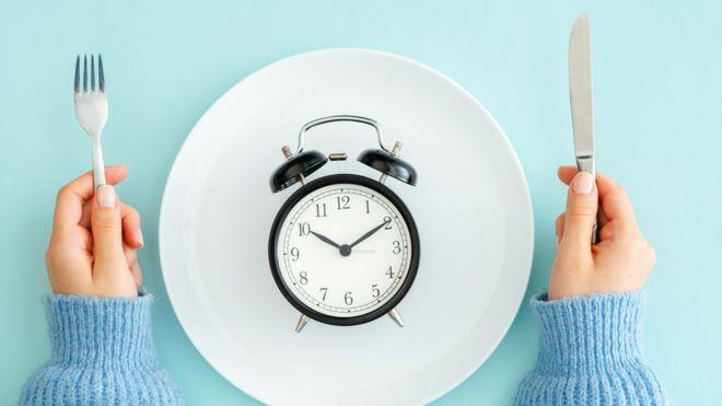 Un reloj servido en un plato.