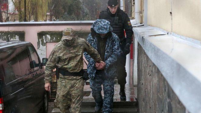 Российские конвоиры выводят украинского моряка (28 ноября 2018 года)