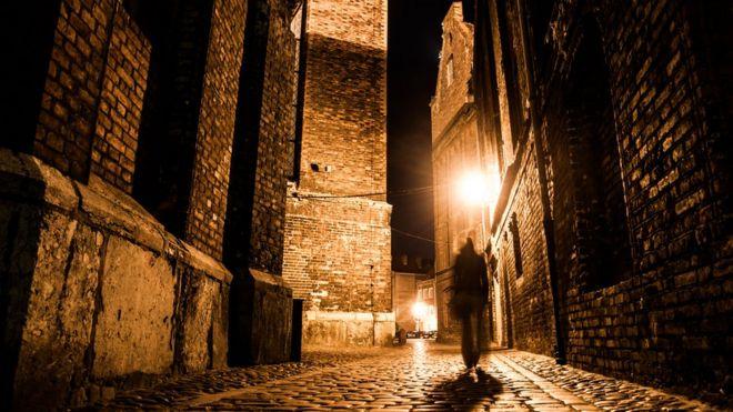 Силует человека в средневековом городе