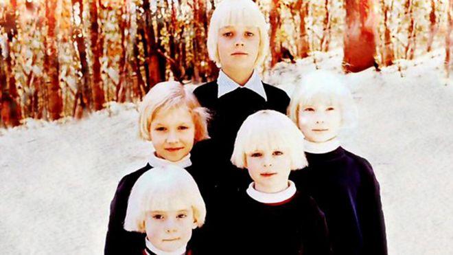 Ben Shenton (önde, sağda) Aile tarafından büyütülen diğer çocuklarla birlikte.