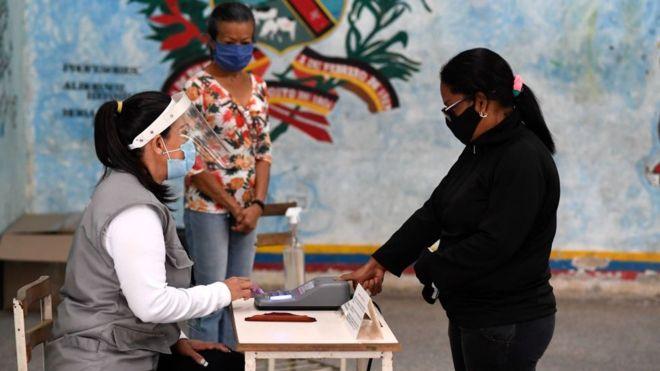 Mujer vota en Venezuela