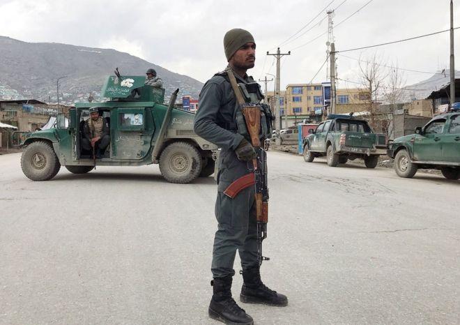 2020年3月25日,一名阿富汗警察在阿富汗喀布尔的袭击现场附近守卫
